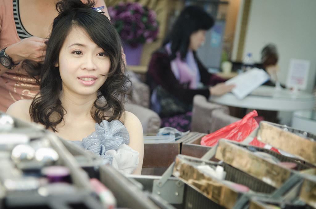 新娘選舉在婚紗公司內上妝,最前往儀式地點