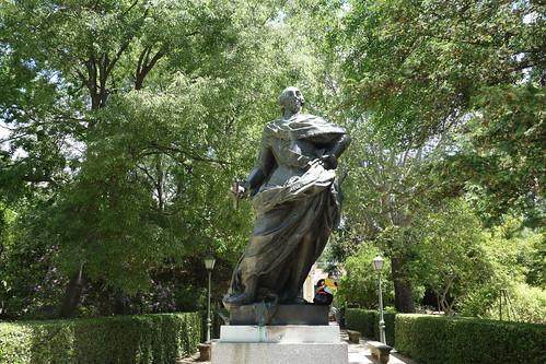 Dans le jardin, Pelico à côté d'un roi, le 3ème de ce nom.