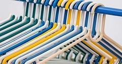 """Der Kleiderbügel. Die Kleiderbügel. Die bunten Kleiderbügel hängen an einer Kleiderstange. • <a style=""""font-size:0.8em;"""" href=""""http://www.flickr.com/photos/42554185@N00/27021859813/"""" target=""""_blank"""">View on Flickr</a>"""