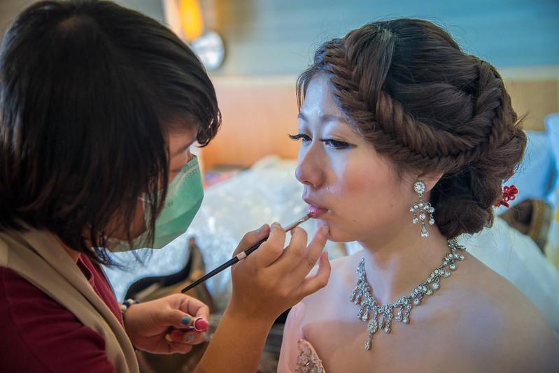 心動新娘造型會館的老師在幫新娘子化妝