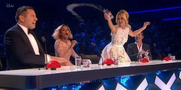 Apresentadora joga água em companheiro durante final de reality show
