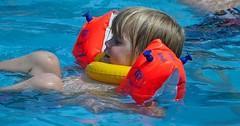 """Der Schwimmflügel. Die Schwimmflügel. Das Kind badet mit Schwimmflügeln. • <a style=""""font-size:0.8em;"""" href=""""http://www.flickr.com/photos/42554185@N00/27802858292/"""" target=""""_blank"""">View on Flickr</a>"""