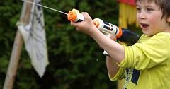 """Die Wasserpistole. Die Wasserpistolen. Der Junge spritzt mit der Wasserpistole. • <a style=""""font-size:0.8em;"""" href=""""http://www.flickr.com/photos/42554185@N00/27543469973/"""" target=""""_blank"""">View on Flickr</a>"""