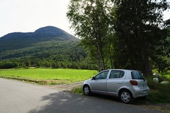 The trailhead at Dalsbøen in Viromdalen. The trail picks up behind the farm building at the edge of the forest.