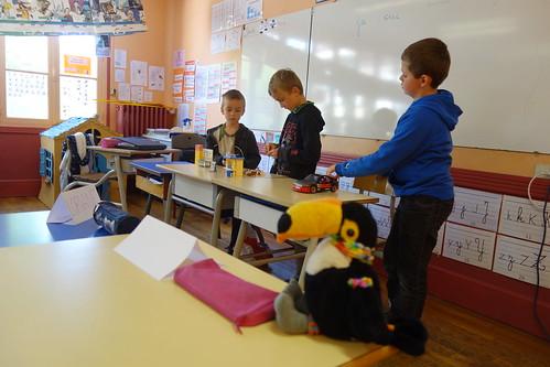 Par groupe, les élèves défilent et à l'aide de playmobiles, mettent en scène leur histoire ! Nous avons hâte de voir le résultat final !