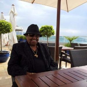 Após ser hospitalizado, pai de Michael Jackson ironiza rumores de morte