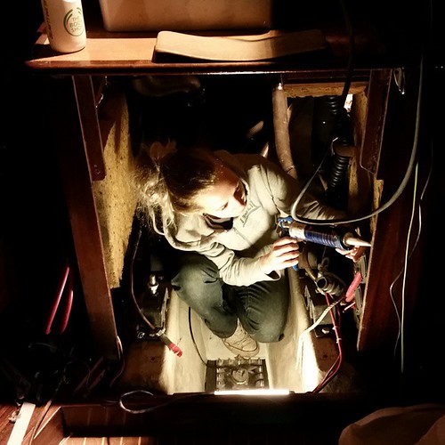 Emmie har flyttat in i motorummet...