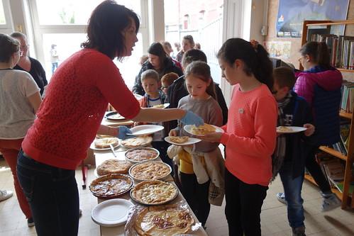 En fin de journée, nous goûtons les tartes au maroilles préparés par les enfants le jour même, en classe !