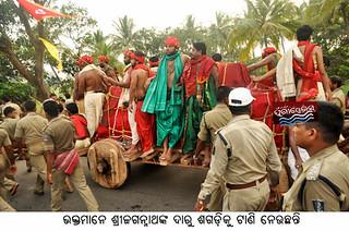 devotee pulling daru sagadi of lord jagannath
