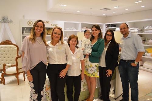 Karina, Yáscara - com a filhinha, Elisa -, as funcionárias e Bernardo Damião, irmão de Karina e marido de Yáscara