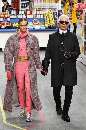 Karl Lagerfeld e Cara Delavigne no desfile que teve como cenário a imitação de um supermercado