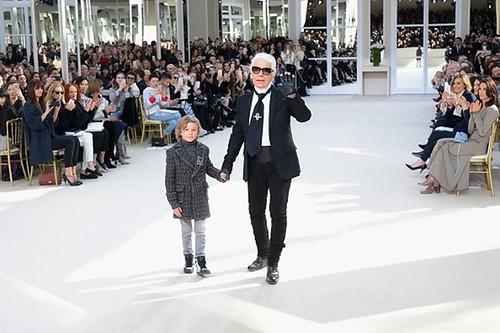 O modelinho, de 10 anos, é afilhado de Lagerfeld e filho do modelo americano Brad Kroenig