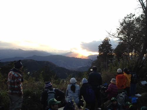 最後の最後で雲が!!ダイアモンド富士は結局みれず。@2011/12/23 高尾山