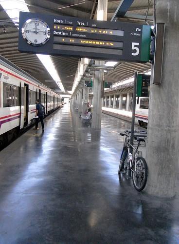 Bicicleta aparcada en anden de la estación tren Córdoba.