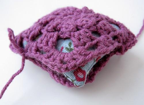 Crochet granny square and linen pincushion free tutorial 20