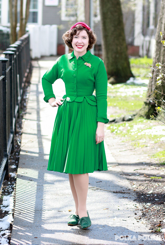 Kelly green 1950s vintage Don Loper suit paired with raspberry pink accessories for spring
