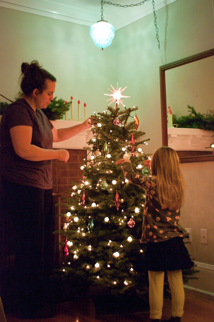 mama and sadie decorating the tree 1