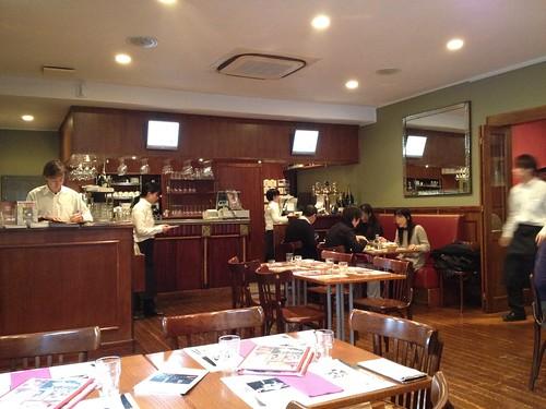 店内はあっという間に満席になりました。@東京日仏学院ラ・ブラスリー