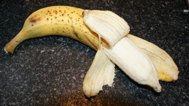 Banaan pellen bananenbrood