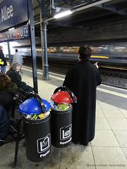 Raucherin auf Bahnsteig