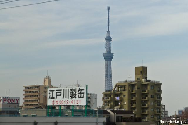 La Tokyo Sky Tree vista desde el Narita Express, llegando a Tokio.