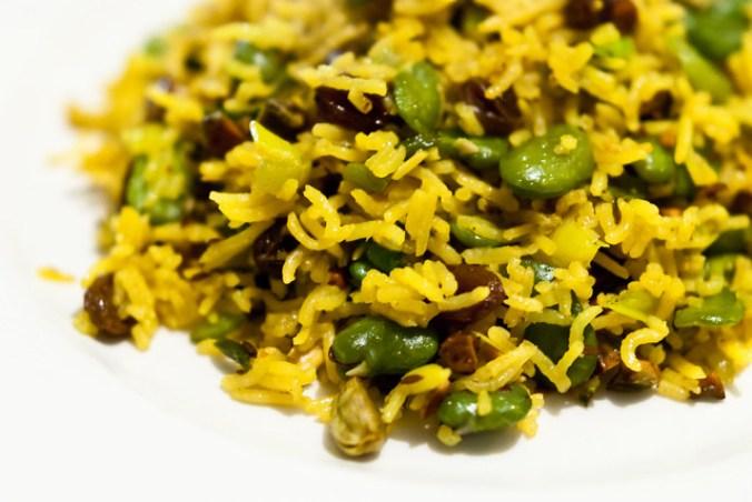 Goddelijke pilaf met saffraan, tuinbonen en pistache