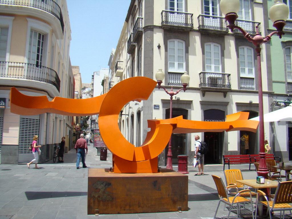 Escultura Mediterranea de Martin Chirino láminas de acero soldadas pintadas al horno en rojo brillante calle Triana Las Palmas de Gran Canaria 13