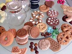 Biscotti vari e golosità in fimo che ho preparato per decorare i vasetti