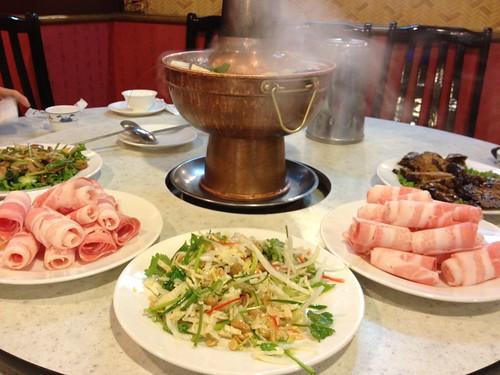 ● 四平小館酸菜白肉鍋之…我家也有大明星
