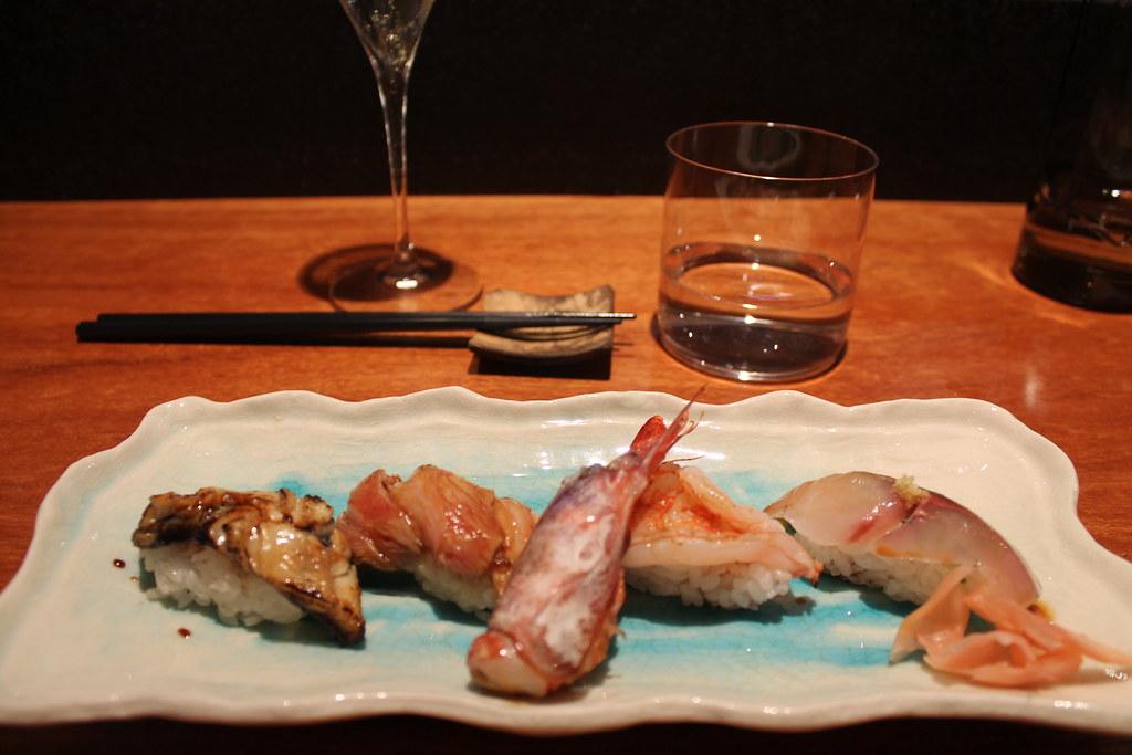 Nigiris de jurel, gamba de Palamós, ventresca de atún flambeada y anguila del Delta del Ebro