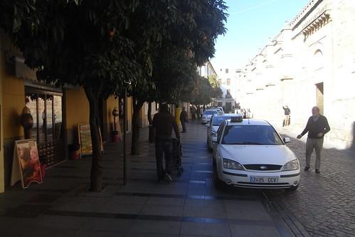 """Parada de taxis en lo alto de la acera del entorno de la Mezquita, antes """"Mezquita""""."""