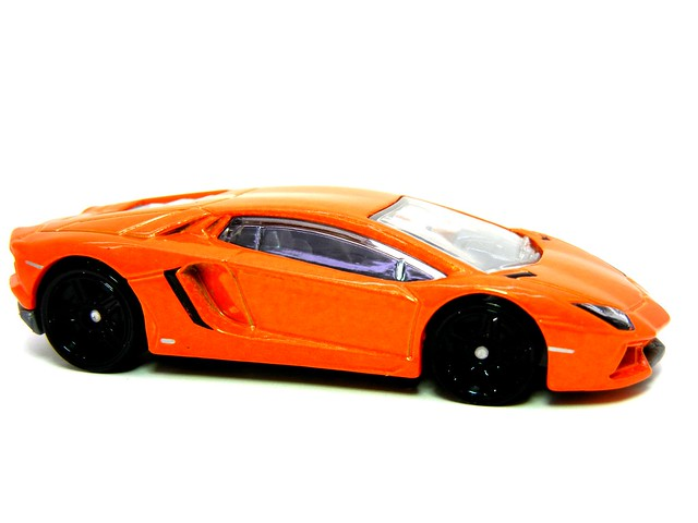HOT WHEELS '12 LAMBORGHINI AVENTADOR (2)