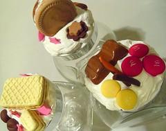 Vasetti decorati con biscotti e dolcezze in fimo