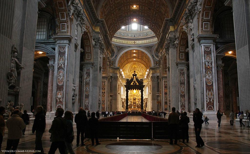 La nef rend bien compte des proportions gigantesques de l'église. Les chérubins qui décorent les murs et les piliers de la basilique font 2 m de haut!