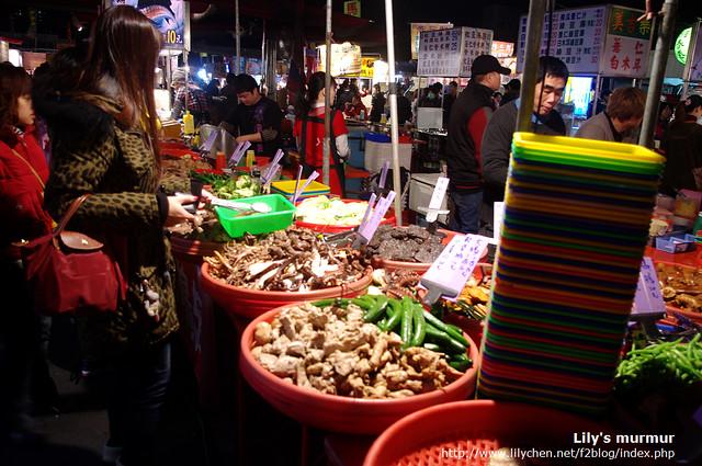 一進大東夜市就看到之前曾經在花園夜市買過的滷味攤。不曉得是不是巡迴到這裡來?最左邊的是我。