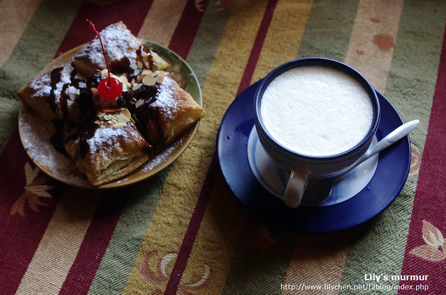 咖啡算是中上,雖然沒有拉花但奶泡還蠻綿密的,咖啡本身還可以。甜心派也還不錯吃。跟尼兩人分食了。