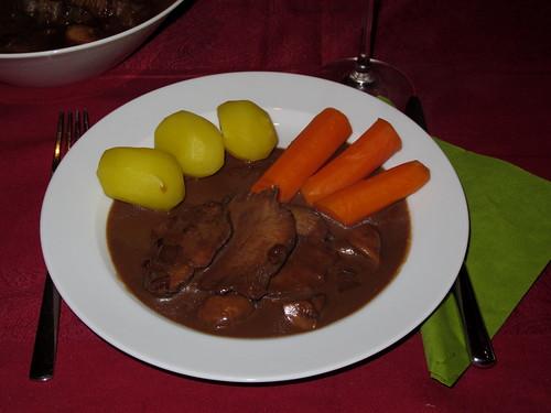 Rinderzunge in Rotweinsoße