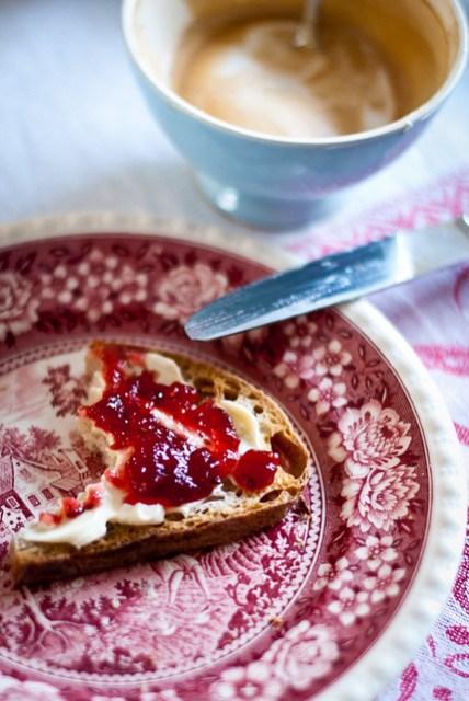 Geroosterd brood, mascarpone en frambozenjam. En een sterke cappuccino