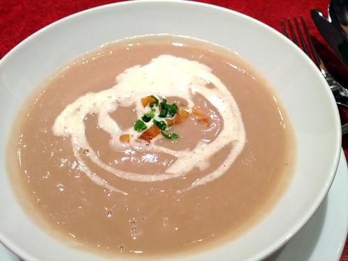 前菜 栗のポタージュ柿添え ガラムマサラ風味のクリーム