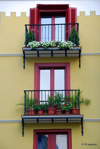 Balcones de un edificio de viviendas en la plaza de San Nicolás.