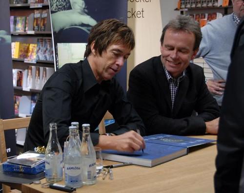 Per Gessle and Sven Lindström signing Att Vara Per Gessle