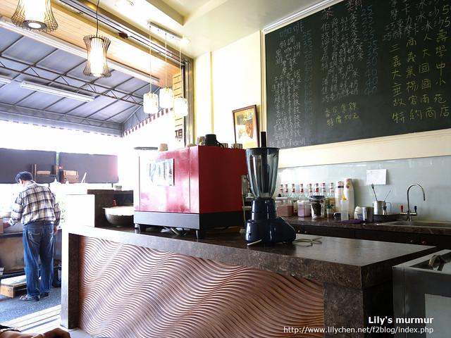 小小的店,桌子只有兩張,但老闆的咖啡很好喝。穿格子襯衫的就是老闆,正在招呼買蕃薯的客人。