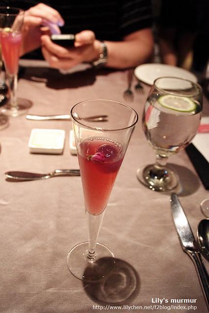 這就是生日酒,酒中央還有一朵小小玫瑰花,喝的時候還能聞到玫瑰的香氣。