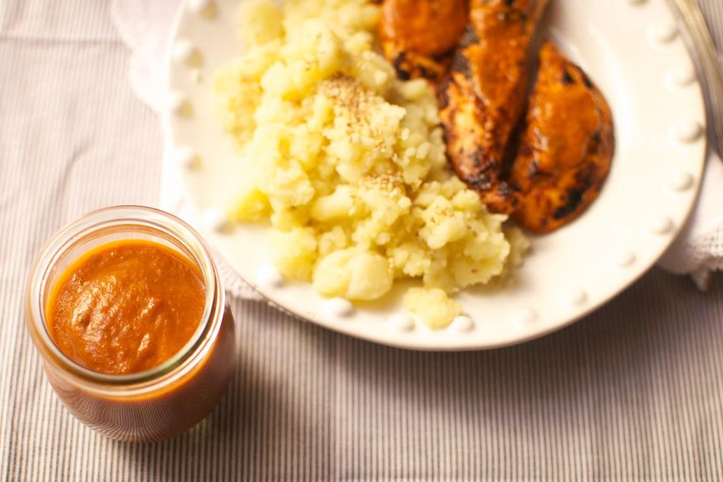 Pollo con salsa barbacoa y puré de patata