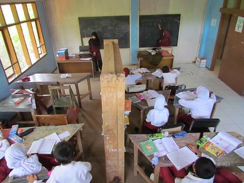 Karena keterbatasan ruangan, akhirnya beberapa siswa harus rela berbagi dengan siswa dari kelas lainnya. (Foto: Yudha PS)