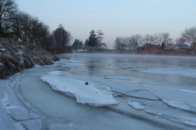 Canal gelé et brumeux, Lužec nad Vltavou, Czech Republic