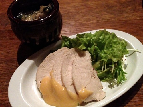 お通しの鶏肉と焼き牡蠣のガーリックオイル@桜丘 ワヰン酒場 渋谷西口店