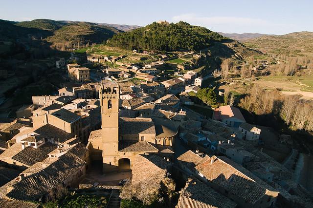 Vista del pueblo desde el castillo - San Martín de Tours en primer plano