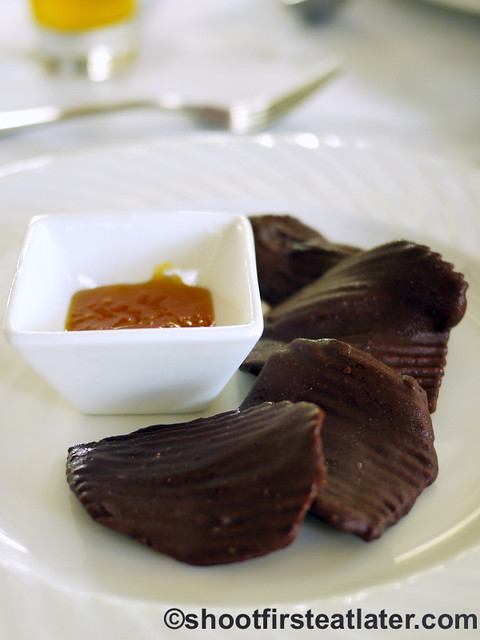 chocolate potato chips with mango coulis