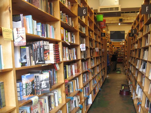 Powell Books, Portland, OR - foto: giuliaduepuntozero, flickr